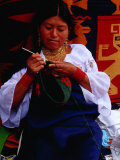 Otavaleno Indian Woman Crocheting a Bag on Poncho Plaza in Otavalo, Otavalo, Imbabura, Ecuador Photographie par Richard I'Anson