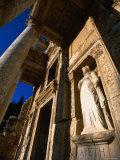 Statue in Library of Celsus from Greek and Roman Eras, Ephesus, Izmir, Turkey Fotografisk tryk af John Elk III