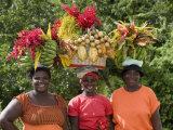 Grenadian Women Carrying Fruit on Their Heads near Annandale Falls, St. George, Grenada Impressão fotográfica por Holger Leue