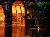 Scull Near Bridge on Schuylkill River, Philadelphia, Pennsylvania Fotografisk tryk af Margie Politzer