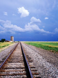 Railroad Tracks and Approaching Thunderstorm, Amarillo, Texas Lámina fotográfica por Holger Leue