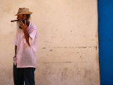 Old Man with Transistor Radio and Cigar, Havana, Havana, Cuba Photographie par Dominic Bonuccelli