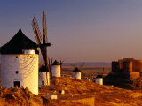 Windmills and Castle of Cresteria Manchega at Sunrise, Consuegra, Castilla-La Mancha, Spain Fotografie-Druck von Witold Skrypczak