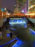 The Cheonggyecheon Stream Draws Crowds of Locals out in Early Evening, Seoul, South Korea Fotografisk tryk af Anthony Plummer
