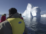 Passengers in a Boat Passing Icebergs, Scoresby Sund, Bjorn Oer, Greenland Fotografisk tryk af Michael Gebicki