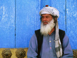Man Praying in Front of Blue Mosque, Mazar-E Sharif, Balkh, Afghanistan Fotodruck von Stephane Victor