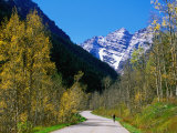 Cyclist on Road to Maroon Bells, Aspen, Colorado Photographic Print by Holger Leue