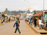 Man Crossing Road and People on Footpath, Kigali, Rwanda Fotografie-Druck von Ariadne Van Zandbergen