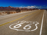 Route 66 Sign on Highway Near Amboy, Mojave Desert, California Photographie par Witold Skrypczak