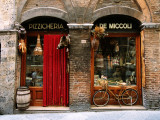 Bicicleta estacionada do lado de fora de restaurante histórico, Siena, Toscana, Itália Impressão fotográfica por John Elk III