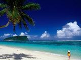Female Tourist on Lalomanu Beach, Upolu, Samoa Fotografie-Druck von Peter Hendrie