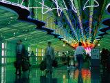 Walkway in International Airport, Chicago, Illinois Fotodruck von Peter Hendrie