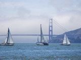 Sailing Boats with the Golden Gate Bridge and Summer Fog in Background, San Francisco, California Fotografie-Druck von Roberto Gerometta