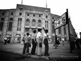 Jeunes garçons devant le stade des Yankees Affiche