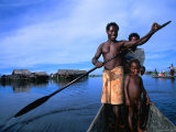 Local Sepik River Family in Dugout Canoe, Madang, Papua New Guinea Fotografisk tryk af Michael Gebicki