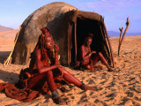 Himba Women in Front of Traditional Hut, Kaokoveld, Kunene, Namibia Lmina fotogrfica por Ariadne Van Zandbergen