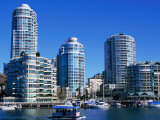 Apartments Seen Across False Creek from Granville Island, Vancouver, British Columbia, Canada Fotografie-Druck von Glenn Van Der Knijff