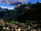 Ortisei Village and Peak of Sassolungo in Dolomites, Ortisei, Trentino-Alto-Adige, Italy Fotografie-Druck von Glenn Van Der Knijff