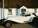 Mg Sports Car Outside Thatched Cottage, Tipperary, Munster, Ireland Photographie par John Banagan