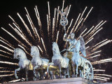 New Year's Fireworks above the Quadriga at the Brandenburg Gate in Berlin, Germany, c.2007 Fotografie-Druck von Michael Sohn