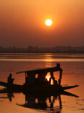 Shikara, or Kashmiri Boat, in Dal Lake as the Sun Sets in Srinagar, India Photographie par Mukhtar Khan