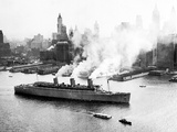 Queen Mary Leaves her New York Berth, c.1940 Photographie