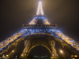 Looking Up at Eiffel Tower in Fog and Rain at Night, Paris, France Lámina fotográfica por Jim Zuckerman