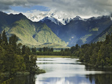 Cloud-Shrouded Mt. Cook Reflected in Lake Matheson, Near Town of Fox Glacier, South Island Photographie par Dennis Flaherty