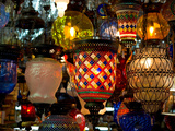 Stained Glass Lamp Vendor in Spice Market, Istanbul, Turkey Fotografie-Druck von Darrell Gulin