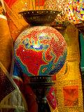 Stained Glass Lamp Vendor in Spice Market, Istanbul, Turkey Lámina fotográfica por Gulin, Darrell
