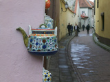 Wall Decorated with Teapot and Cobbled Street in the Old Town, Vilnius, Lithunia Photographic Print by Keren Su