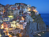 Dusk Falls on a Hillside Town Overlooking the Mediterranean Sea, Manarola, Cinque Terre, Italy Fotografie-Druck von Dennis Flaherty