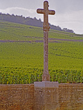 Stone Cross Marking the Grand Cru Vineyards, Romanee Conti and Richebourg, Vosne, Bourgogne, France Photographie par Per Karlsson