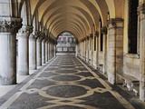 Columns and Archways Along Patterned Passageway at the Doge's Palace, Venice, Italy Fotografisk tryk af Dennis Flaherty