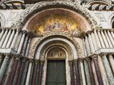 Carvings and Facade Mosaics on the Basilica San Marco, Venice, Italy 写真プリント : デニス・フラハティ