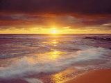Auringonlasku Tyynenmeren rantakalliolla, San Diego, Kalifornia, USA Valokuvavedos tekijänä Christopher Talbot Frank