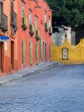 Homes Along Cobblestone Street, San Miguel De Allende, Mexico Fotografie-Druck von Nancy Rotenberg