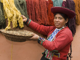 Woman in Traditional Dress, Wool Dyed Before Weaving, Chinchero, Cuzco, Peru Fotografie-Druck von John & Lisa Merrill