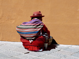 Old Woman with Sling Crouches on Sidewalk, Cusco, Peru Fotografie-Druck von Jim Zuckerman