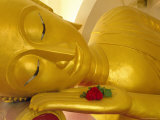 Close up of the Head of a Reclining Buddha Statue, Wat Pha Baat Tai, Luang Prabang, Laos Photographie par Gavin Hellier