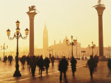Sunrise in St. Mark's Square, San Giorgio Maggiore in Background, Venice, Veneto, Italy Fotografisk tryk af Lee Frost
