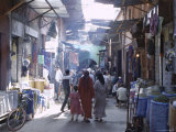 Street Scene in the Souks of the Medina, Marrakech (Marrakesh), Morocco, North Africa, Africa Fotografisk tryk af Lee Frost