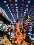 Chicas bailando sevillanas bajo los farolillos de colores, Feria de Abril, Sevilla, Andalucía, España Lámina fotográfica por Ruth Tomlinson