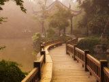 Fodsti og pavillon, Vestsøen, Hangzhou, Zhejiang-provinsen, Kina, Asien Fotografisk tryk af Jochen Schlenker