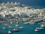 Aerial of the Harbour and Mykonos Town with Windmills in the Background, Greece Fotografisk tryk af Fraser Hall
