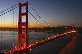 Verlichte Golden Gate Bridge met weerspiegeling in het water Foto van Vincent James