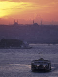 Bosporus at Sunset Facing the Golden Horn from Uskadar Ferry Port, Istanbul, Turkey Fotografie-Druck von Richard Nowitz