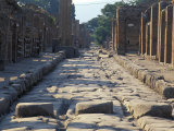 Ancient Roman Street with Chariot Ruts and Stepping Stones in Pompeii, Italy Fotografie-Druck von Richard Nowitz