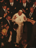 Bodyguards Surround Pope John Paul II as He Arrives for his Third Visit to Poland Fotografisk tryk af James L. Stanfield