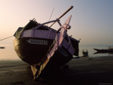 Beached Fishing Boat at Twilight Lámina fotográfica por James L. Stanfield